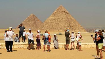 Turyści pod piramidami. Egipt