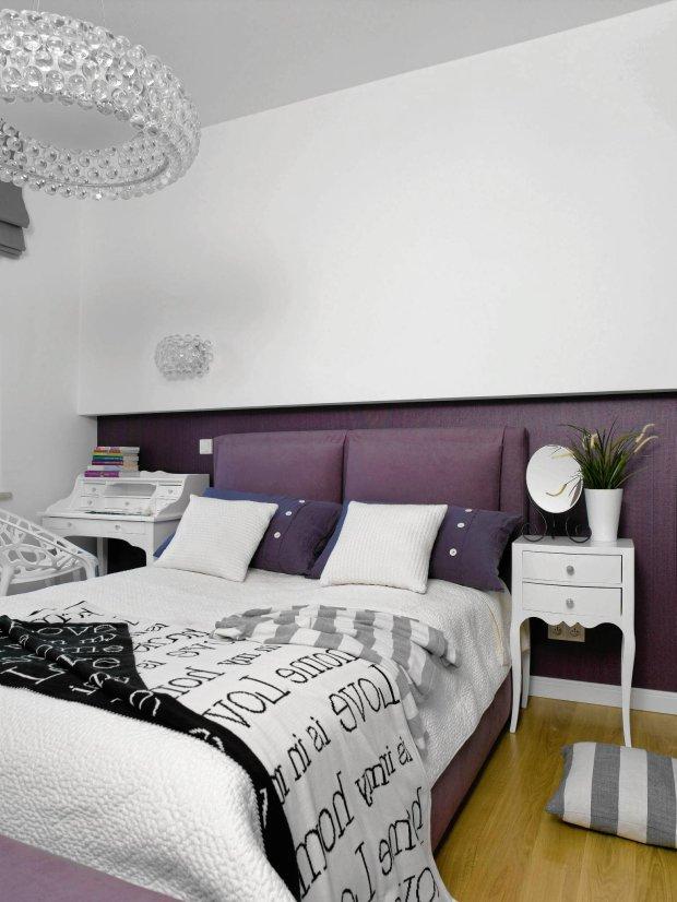 fioletowa sypialnia, nadwieszona ścianka z płyty gipsowo-kartonowej, taśma LED