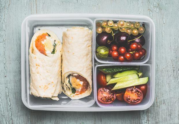 Na lunch należy zjeść pożywny, dobrze zbilansowany powiłek, a nie przypadkowy batonik lub drożdżówkę