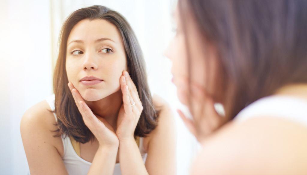 Chcesz mieć zdrową skórę? Dziennie nie powinieneś używać więcej niż pięciu kosmetyków o możliwie prostym składzie (fot. AJ_Watt / iStockphoto.com)
