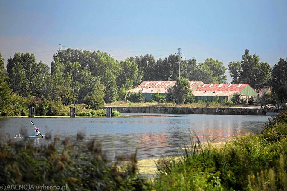 Baraki klubu Spójnia na nabrzeżu Portu Żerańskiego, tuż przy ul. Modlińskiej. To tylko 6 km od centrum