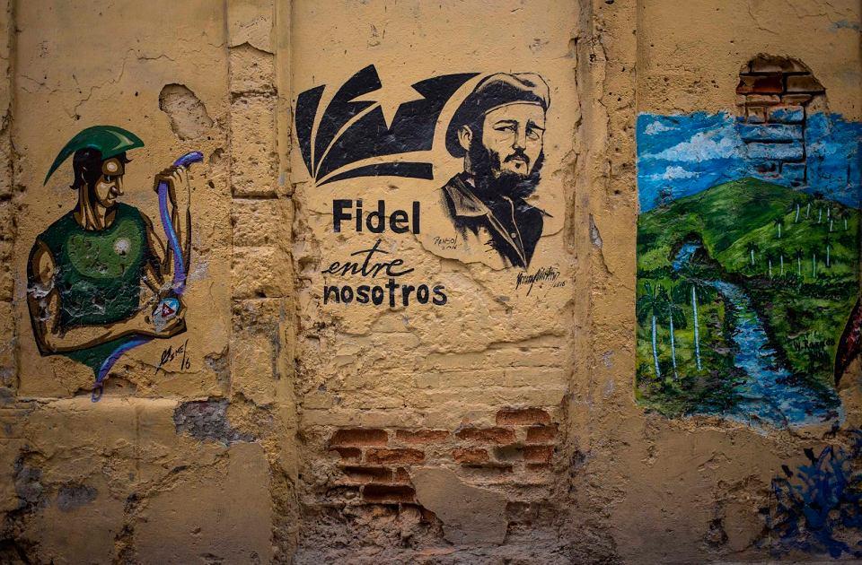 'Fidel jest wśród nas' - głosi napis na ścianie budynku w Hawanie, obok wizerunek zmarłego w 2016 r. kubańskiego przywódcy.