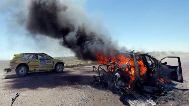 Wygląda jak scena z kraju pogrążonego w wojnie, a to tylko drugi etap Dakaru. Już podczas niego spłonęło auto kazachskiej ekipy. Obok przejeżdża inny samochód