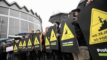 """Czarny protest pod hasłem - """"Nie zejdziemy do podziemia"""" -  przy przejściu podziemnym koło Rotundy"""
