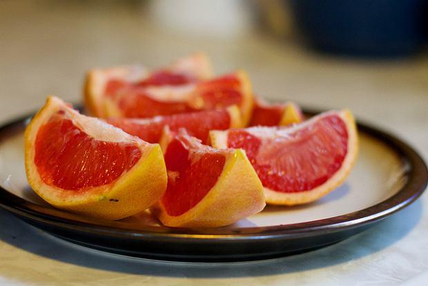 Grejpfruty, cytrusowa mieszanka zdrowia i smaku. Co kryje w sobie grejpfrut i dlaczego czasem trzeba na niego uważać?