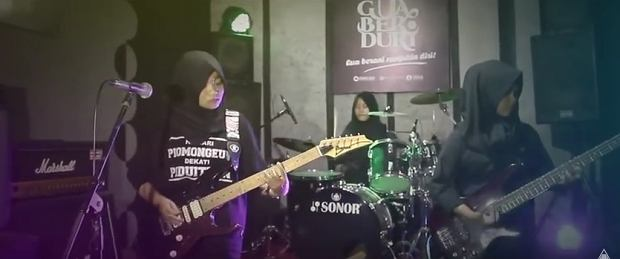 Dziewczynki w hidżabach grają metal i krzyczą, że są niezależne