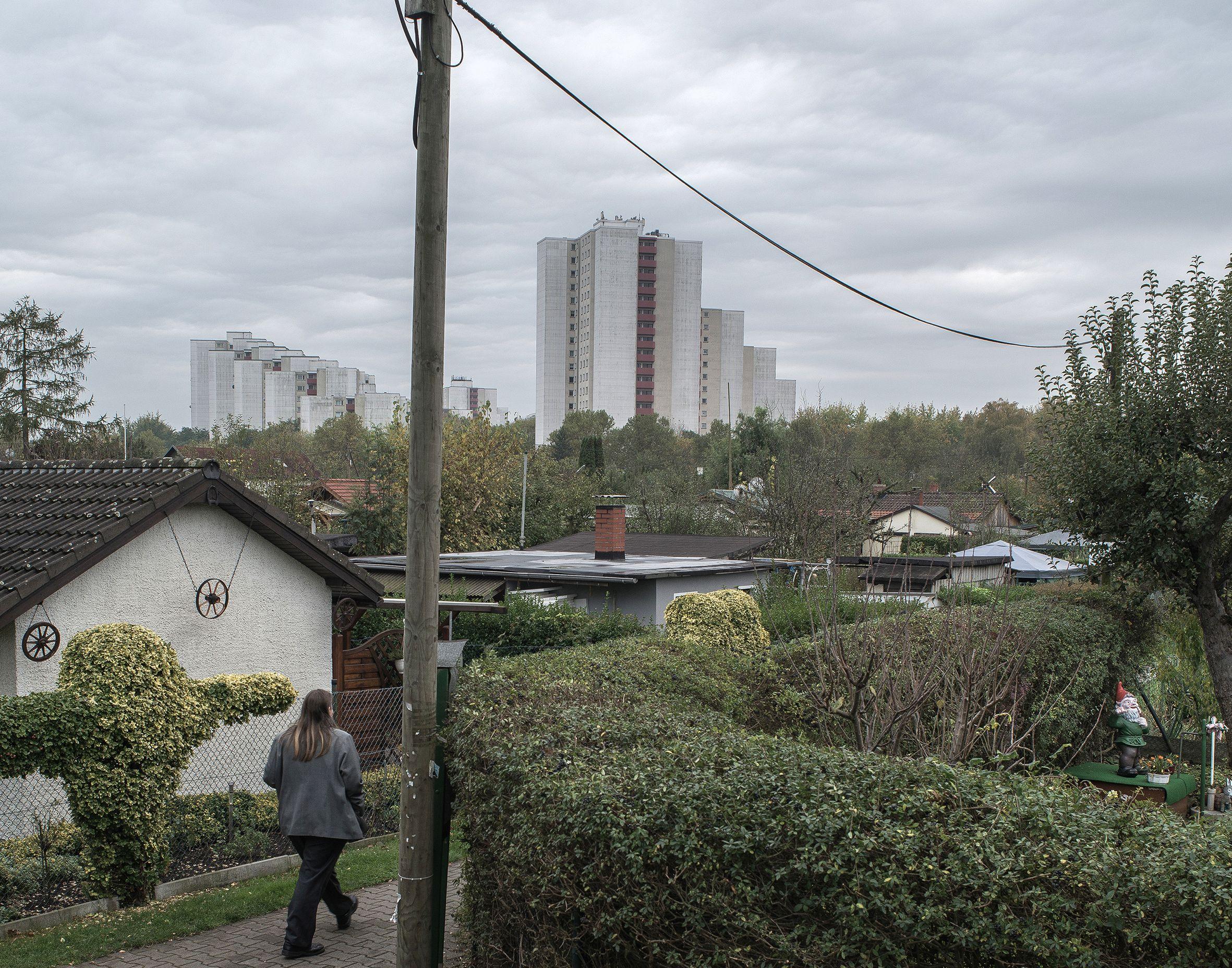 Niekiedy obecność blizny można poznać po tym, że w jej pobliżu robi się luźniej. Idzie się przez miasto między ciasno ustawionymi budynkami i nagle otwiera się przestrzeń. Architektura nieco się wycofuje, pojawiają się puste place zarośnięte zielskiem albo ogródki działkowe. Wtedy trzeba rozejrzeć się dokładnie, bo bardzo prawdopodobne, że jesteśmy w pobliżu blizny (fot. Filip Springer /