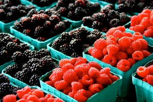 """""""Ogórki i pomidory to dziś sama chemia!"""" - grzmi raport USA. Polskie warzywa i owoce też trują? [ROZMOWA]"""