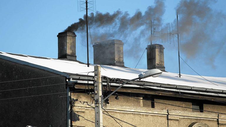 Przez palenie w piecach opałem niskiej jakości lub śmieciami powstaje niebezpieczny smog