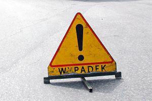 Laweta z autami osobowymi spad�a z wiaduktu na autostrad�. Dwie osoby ranne