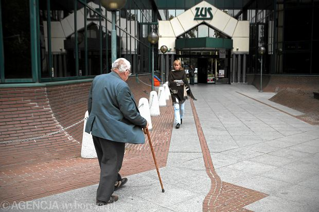 Nowy rekord wysokości emerytury: 4 gr miesięcznie. Co z naszymi emeryturami po obniżeniu wieku?