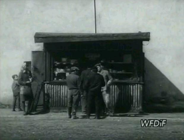 Mężczyźni przy kiosku piwnym