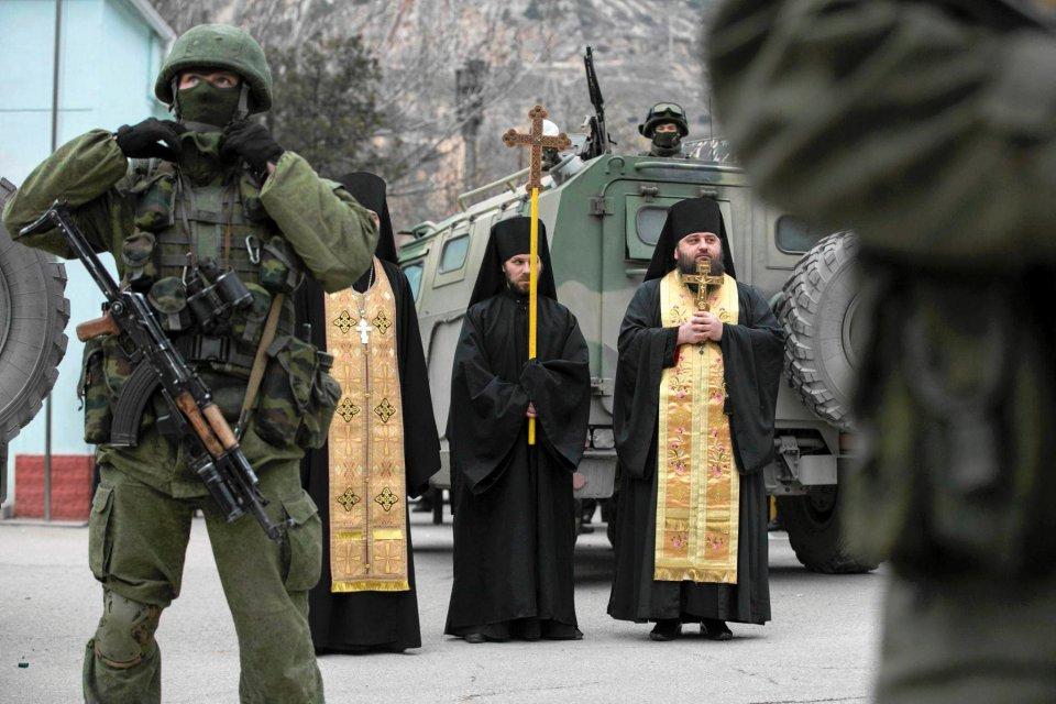 Rosyjscy prawosławni duchowni modlą się za plecami rosyjskich żołnierzy. 1 marca, Bałakława, Krym