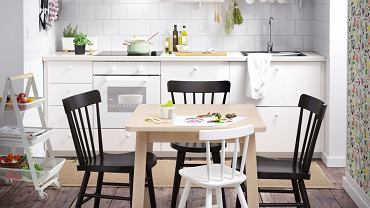 Stół w kuchni nie musi być bardzo duży. Już niewielki, kwadratowy stolik wystarczy, żeby wykreować minijadalnię dla rodziny.