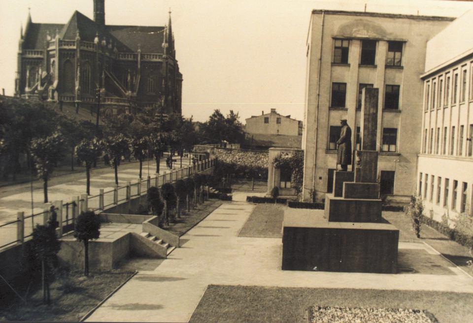 Częstochowa, lata 30. XX w. Pomnik Józefa Piłsudskiego autorstwa Stefana Policińskiego przed szkołą przy ul. Narutowicza -  dziś Krakowska.