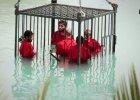 Niezwykle brutalne nagranie islamist�w. Egzekucje przy u�yciu materia��w wybuchowych, topienie wi�ni�w w klatce