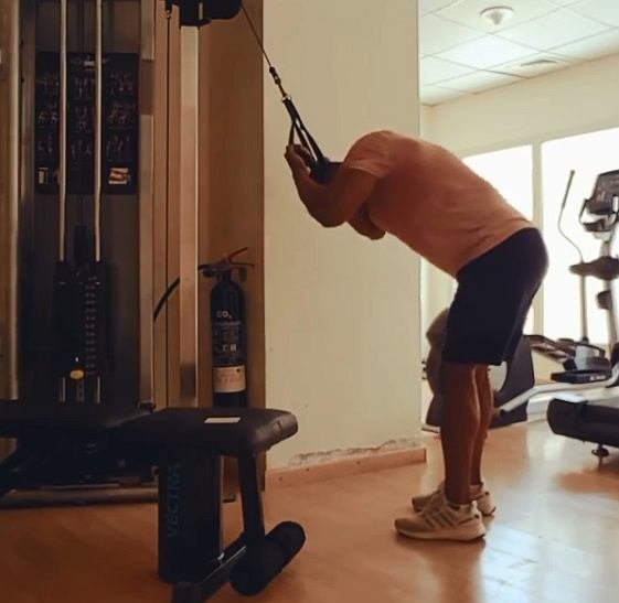 Ćwiczenia na mięśnie brzucha. Allahy - spięcia brzucha na wyciągu górnym