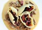 Muszle nadziewane kabanosami i cebul� w sosie kurkowym