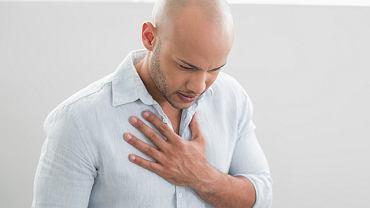 Zgaga może się objawiać nie tylko pieczeniem w przełyku, ale również: bólem w klatce piersiowej, kaszlem, bólem gardła, chrypką, czy też pieczeniem języka.