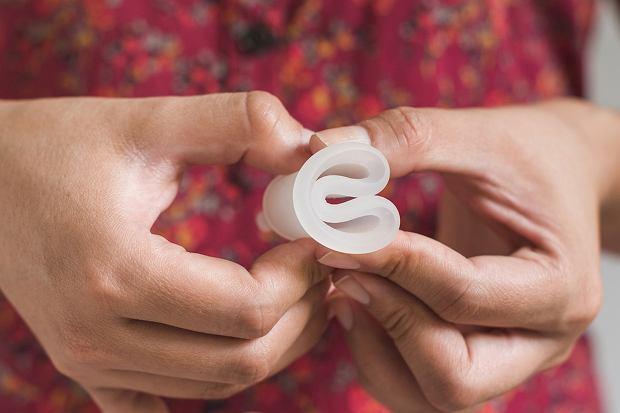 Przed aplikacją ścianki kubeczka należy zagiąć do środka, rozluźniamy je, gdy kubeczek menstruacyjny będzie w pochwie