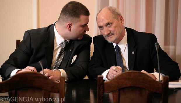 Były rzecznik MON Bartłomiej Misiewicz i szef MON Antoni Macierewicz (fot. Sławomir Kamiński/AG)