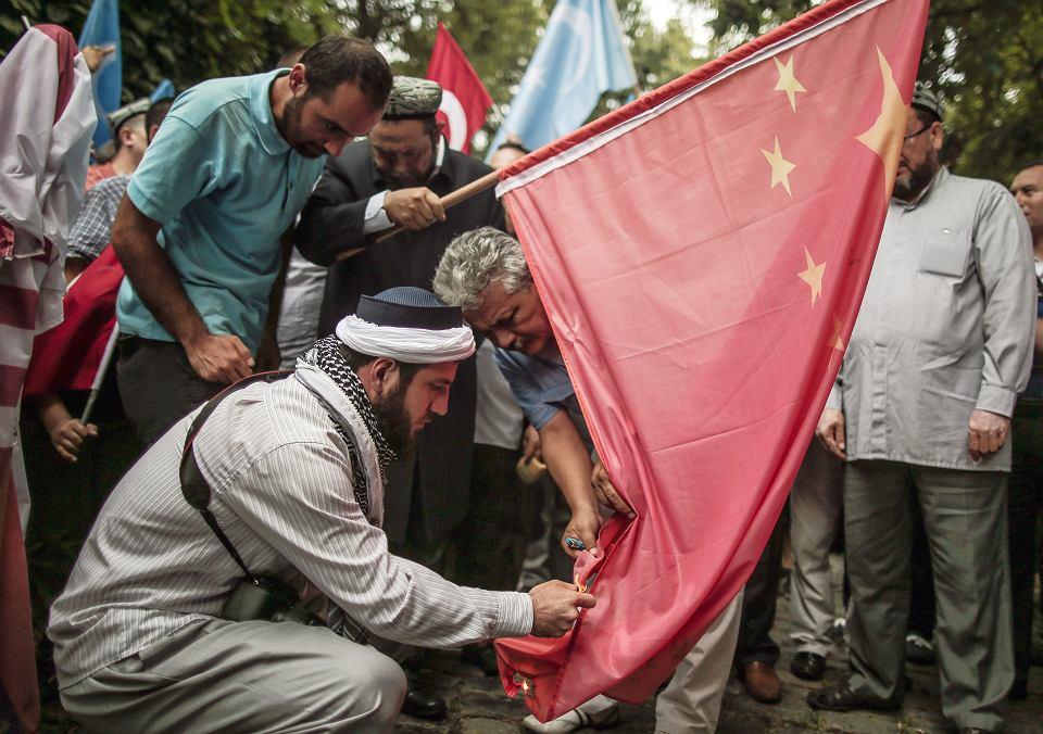 Ujgurzy w Turcji palą chińską flagę pod ambasadą w Stambule