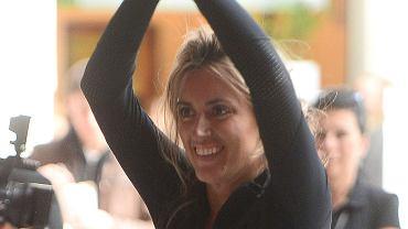 Karolina Szostak w minionym roku przeszła niesamowitą przemianę: schudła 20 kilogramów i uniknęła efektu jo-jo. Nie trzeba było długo czekać, by wydała na ten temat książkę 'Moja spektakularna metamorfoza'. Teraz gwiazda usilnie ją promuje. Ostatnio nawet pojawiła się w tym celu w centrum handlowym w Gliwicach, gdzie uczestniczyła w dość kontrowersyjnym treningu. Jumping fitness, czyli skakanie na trampolinie z kilku powodów uchodzi za niebezpieczne dla zdrowia kobiet.