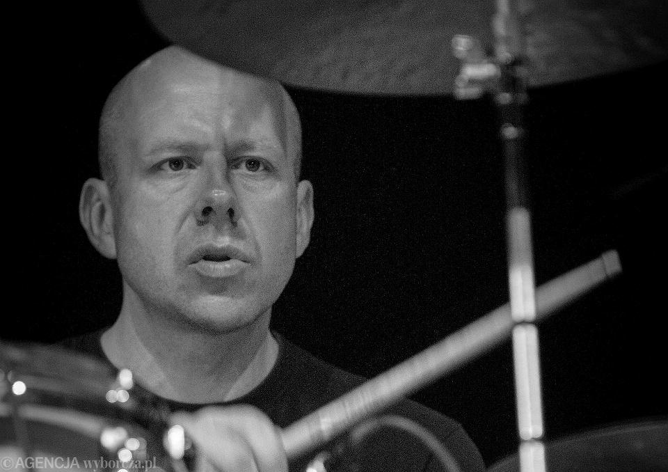 Perkusista Grzegorz Grzyb podczas koncertu w Bydgoszczy w 2012 r.
