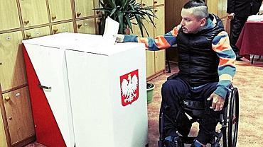 Bartłomiej Skrzyński bije na alarm. Nowa ordynacja ograniczy prawa wyborcze osób niepełnosprawnych.