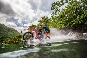 Motocyklem na fali | Kolejny niesamowity film marki DC