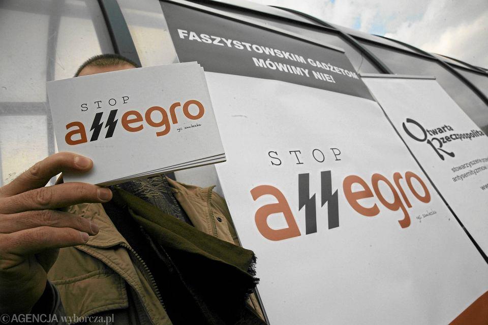 Warszawa 2010 r. Protest fundacji Zielone Światło i stowarzyszenia Nigdy Więcej z przerobionym logo Allegro