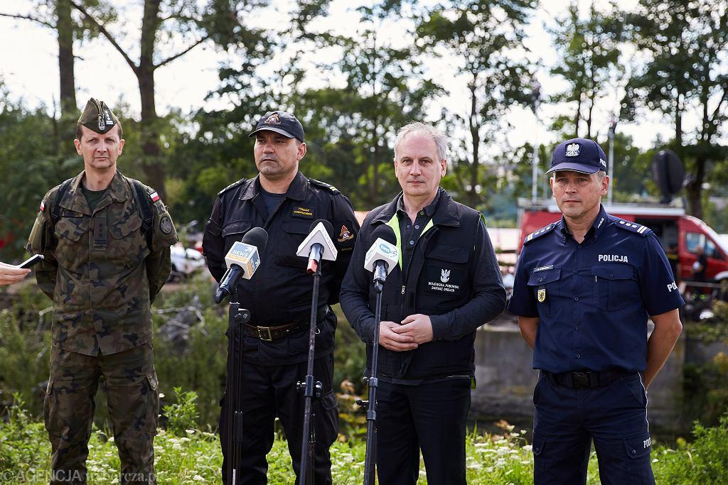 Wojewoda Pomorski Dariusz Drelich (drugi od prawej) w miejscowości Rytel