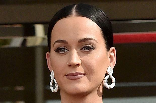 Katy Perry pojawiła się na uroczystości odsłonięcia gwiazdy wytwórni Capital Records w Hollywoodzkiej Alei Sławy. W jej wyglądzie zainteresował nas jeden szczegół.