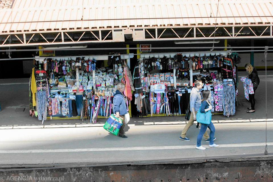 d527f714fd Bazar na peronie stacji Warszawa-Ochota  ciuszki