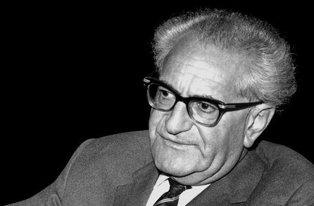 Fritz Bauer (1903-68), syn żydowskiego handlarza tekstyliami, marzył od dziecka o zawodzie sędziego. Marzenie to spełniło się w 1930 r., gdy obronił doktorat na uniwersytecie w Stuttgarcie. Badeński minister sprawiedliwości mianował go wówczas asesorem w tamtejszym sądzie. Trzy lata później, gdy Hitler przejął władzę, Bauer jako Żyd i podżegacz został usunięty z zawodu i zmuszony do emigracji. Po wojnie wrócił do Niemiec zachodnich i rozpoczął prawniczą krucjatę przeciwko nazistom