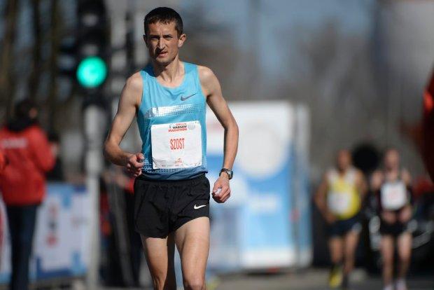 Henryk Szost - rekordzista Polski w maratonie doznał kontuzji łydki w trakcie Orlen Warsaw Marathon i musiał zejść z trasy