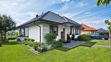 Działka przy domu ma około 600 metrów kwadratowych. Drzewa, wzorem holenderskich ogrodników, Joanna kształtuje przy pomocy specjalnych 'rusztowań'.