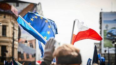 Łodzianie ubrani na niebiesko i z flagami Unii Europejskiej w rękach spotkali się pod siedzibą PiS przy ulicy Piotrkowskiej 143. Zaśpiewali też 'Sto lat' i pozdrowili wszystkie kraje członkowskie, których nazwy zostały odczytane.