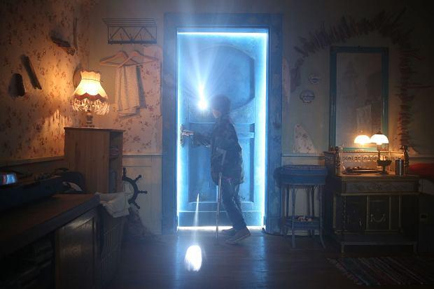 """Ekranizacja bestsellerowej powieści Marcina Szczygielskiego """"Za niebieskimi drzwiami"""" już na DVD i Blu-ray"""