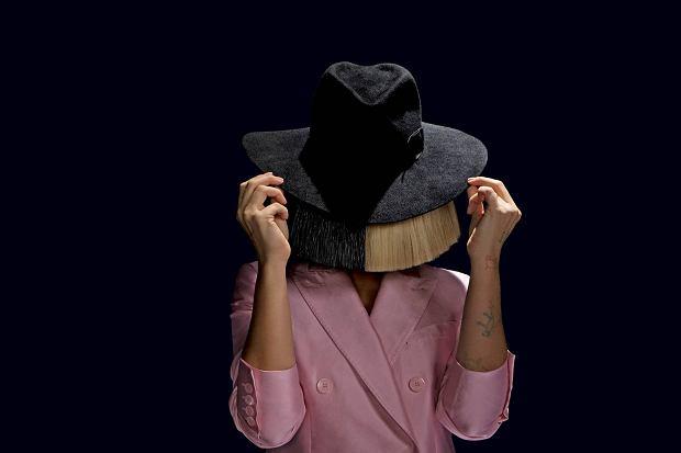 Sia to piosenkarka, która dopiero w kwiecie wieku zyskała naprawdę ogromną popularność, chociaż początki jej muzycznej działalności sięgają lat 90-ych. Trzeba przyznać, że Sia trochę zagrała na emocjach swoich widzów, ponieważ zatrudniła niepełnoletnią dziewczynkę do wystąpienia w bardzo odważnych teledyskach i od tego się zaczęło. Chociaż Sia nie ujawnia newsów ze swojego życia prywatnego, raz na jakiś czas, lubi zaskoczyć.