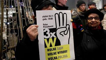Protest pod hasłem 3 x W - Wolne sądy , wolne wybory , wolna Polska pod Pałacem Prezydenckim.