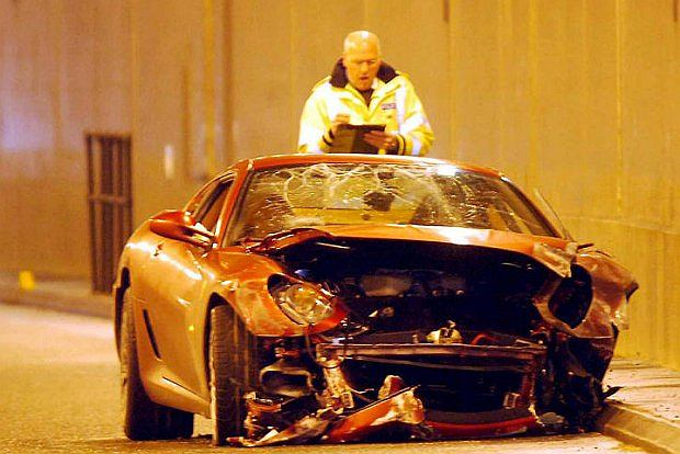 chociaż nie zawsze nad nimi panuje - 620 konne  Ferrari 599 GTB Fiorano rozwalił w tunelu. Było to podczas jego występów w Manchester United