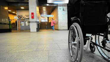 Osoby niepełnosprawne na dworcu Warszawa Śródmieście