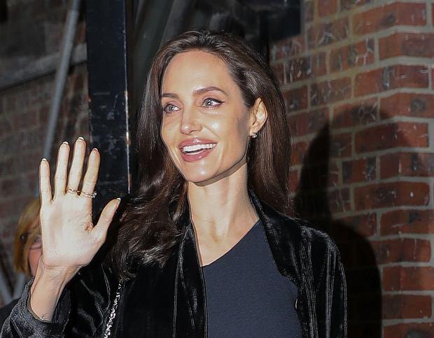 Zdjęcie numer 4 w galerii - Angelina Jolie delikatnie przytyła. Dawno nie wyglądała tak dobrze! Promienny uśmiech tylko to potwierdza