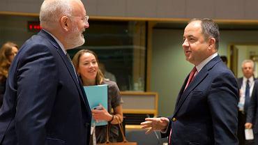 Minister ds. europejskich Konrad Szymański i wiceprzewodniczący Komisji Europejskiej Frans Timmermans podczas spotkania w Brukseli, 18 września 2018 r.