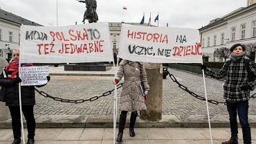 Pikieta ' JesteśMY - pomieszanie dobrego i złego ' przeciwko zmianom w ustawie o IPN w Warszawie, 04.02.2018.