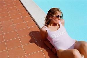 """Kostiumy jednoczęściowe nadal modniejsze niż bikini. Hitem jest """"Słoneczny patrol"""" i... iluzja braku kostiumu"""