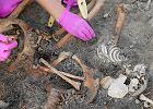 Zidentyfikowano dwie pierwsze ofiary pochowane w areszcie