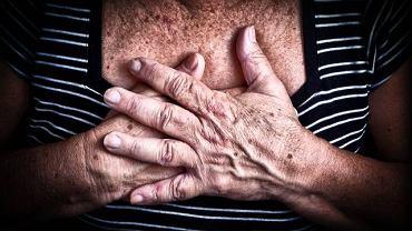 Częstym objawem zapalenia chrząstek żebrowych jest ból w klatce piersiowej