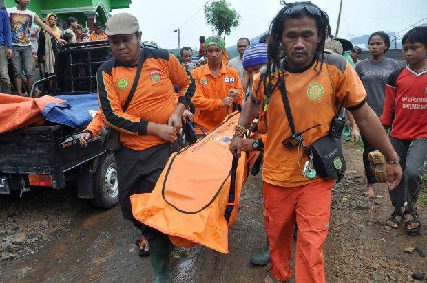 Indonezja: lawina ziemna zabi�a 7 os�b, 108 zaginionych